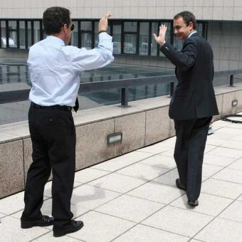 Sarkozy_Zapatero_saludan_descanso_cumbre_Bruselas