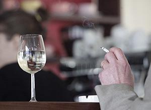 Hábito de fumar malsano y caro
