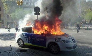 Un coche de la policía arde en el centro de Barcelona