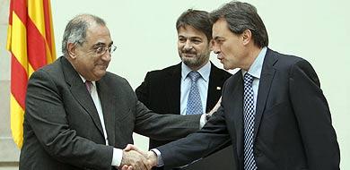 Nadal y Mas firman el pacto de investidura.
