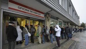 Cola de desempleados a las puertas del INEM