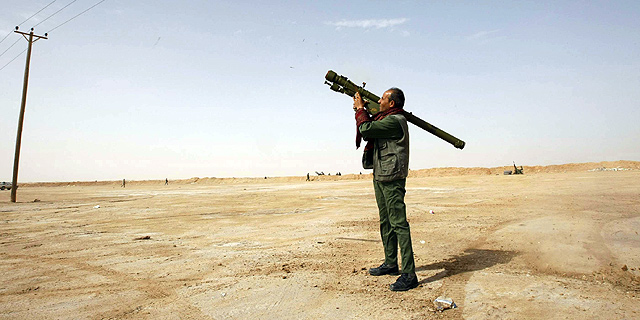 Un rebelde contra Gadafi apunta al cielo con un lanzallamas